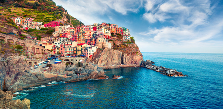 Second city of the Cique Terre sequence of hill cities - Manarola. Colorful spring morning in Liguria, Italy, Europe. Picturesqie seascape of Mediterranean sea. Traveling concept background. Stockfoto