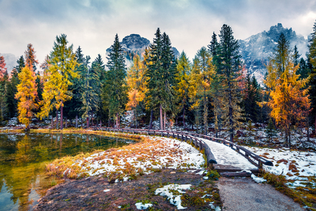 Misty outdoor scene of Antorno lake. Colorful autumn morning in Dolomite Alps, National Park Tre Cime di Lavaredo, Italy, Europe. Beauty of nature concept background. Foto de archivo