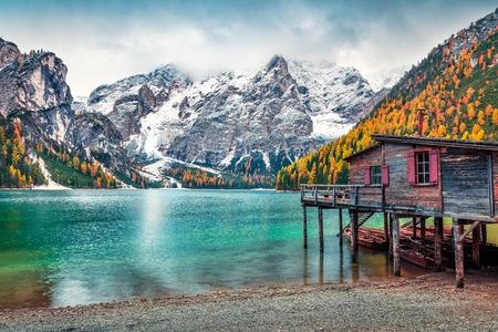 Cabaña en barco en el lago Braies con montaje Seekofel en el fondo. Colorido paisaje otoñal en los Alpes italianos, Naturpark Fanes-Sennes-Prags, Dolomitas, Italia, Europa. Fondo del concepto de viaje. Foto de archivo