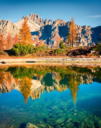 Espléndida vista otoñal del lago Limides. Mañana colorida vista de los Alpes Dolomitas, Falzarego pass, Cortina d'Ampezzo lacattion, Italia, Europa. Belleza del fondo del concepto de naturaleza. Foto de archivo