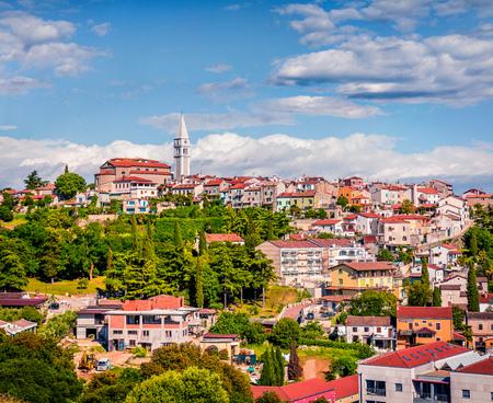 Vue aérienne de la petite ville de Vrsar (Orsera) et de l'église catholique Saint-Martin. Paysage urbain de printemps coloré de Croatie, Europe. Fond de concept de voyage. Magnifique paysage méditerranéen.