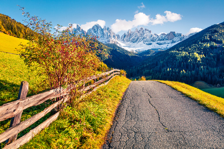 Impressive view of Santa Maddalena village in front of the Geisler or Odle Dolomites Group. Colorful autumn scene of Dolomite Alps, Italy, Europe. Beauty of countryside concept background. Stockfoto