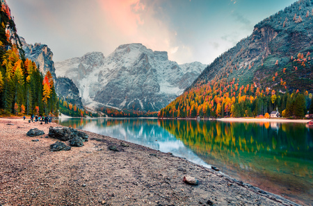 Popular photographers attraction of Braies Lake. Colorful autumn landscape in Italian Alps, Naturpark Fanes-Sennes-Prags, Dolomite, Italy, Europe. Beauty of nature concept background. 스톡 콘텐츠