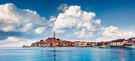 Picturesque spring cityscape of Rovinj town, Croatian fishing port on the west coast of the Istrian peninsula. Colorful morning seascape of Adriatic Sea. Traveling concept background. 版權商用圖片 - 116546515