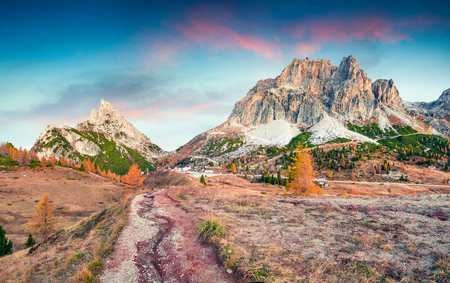Amazing autumn view from top of Falzarego pass with Lagazuoi mountain range. Colorful morning scene of Dolomite Alps, Cortina dAmpezzo lacattion, Italy, Europe. Beauty of nature concept background. Stockfoto