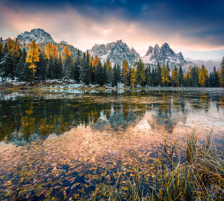 Dramatic sunrise on Antorno lake. Picturesque autumn morning in Dolomite Alps, Province of Belluno, Italy, Europe. Beauty of nature concept background. Foto de archivo - 116546550