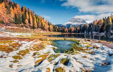 Picturesque sunny scene of Antorno lake with Tre Cime di Lavaredo (Drei Zinnen) mount. Colorful autumn landscape in Dolomite Alps, Province of Belluno, Italy, Europe. Beauty of nature concept background. Banco de Imagens
