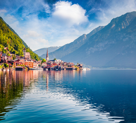 Sunny summer view of Hallstatter See lake. Brigjht morning scene on the pier of Hallstatt village in the Austrian Alps, Liezen District of Styria, Austria, Alps. Europe. Traveling concept background. Foto de archivo - 116549542