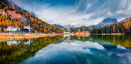 Dramatic morning panorama of Misurina lake in National Park Tre Cime di Lavaredo. Colorful autumn view of Dolomite Alps, South Tyrol, Location Auronzo, Italy, Europe. Beauty of countryside concept background. Foto de archivo - 116550308