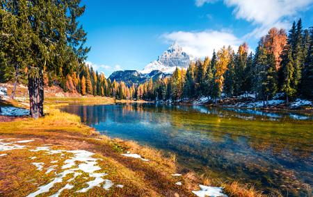 Bright sunny scene on Antorno lake with Tre Cime di Lavaredo (Drei Zinnen) mount. Colorful autumn landscape in Dolomite Alps, Province of Belluno, Italy, Europe. Beauty of nature concept background. Foto de archivo - 116550331