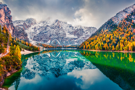 First snow on Braies Lake. Colorful autumn landscape in Italian Alps, Naturpark Fanes-Sennes-Prags, Dolomite, Italy, Europe. Beauty of nature concept background. Foto de archivo - 116550449