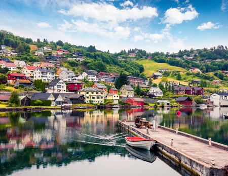 Vista estiva piovosa del villaggio di Norheimsund, situato sul lato settentrionale dell'Hardangerfjord. Scena mattutina colorata in Norvegia, Europa. Priorità bassa di concetto di viaggio. Archivio Fotografico