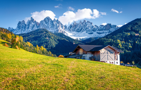 Great view of Santa Maddalena village in front of the Geisler or Odle Dolomites Group. Colorful autumn scene of Dolomite Alps, Italy, Europe. Traveling concept background. Foto de archivo