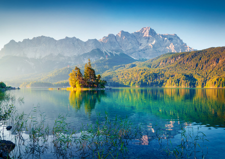 Great summer sunrise on Eibsee lake with Zugspitze mountain range. Sunny outdoor scene in German Alps, Bavaria, Germany, Europe. Beauty of nature concept background. Foto de archivo - 116551334