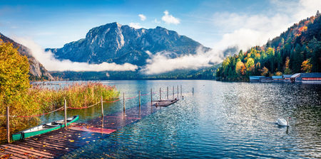 Foggy autumn scene of Altausseer See lake. Sunny morning panorama of Altaussee village, district of Liezen in Styria, Austria. Beauty of countryside concept background. Foto de archivo - 116551378