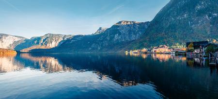 Colorful autumn panorama on Hallstatt lake. Splendid evening viev of Hallstatt village, in Austria's mountainous Salzkammergut region, Austria. Beauty of countryside concept background. Foto de archivo - 116551458