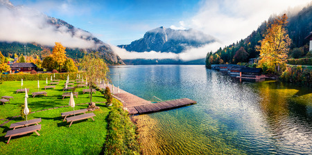 Foggy autumn scene of Altausseer See lake. Beautiful morning panorama of Altaussee village, district of Liezen in Styria, Austria. Beauty of countryside concept background. Foto de archivo - 116551538