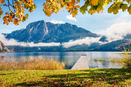 Escena de otoño brillante del lago Altausseer See. Mañana soleada vista de la aldea de Altaussee, distrito de Liezen en Estiria, Austria. Belleza del fondo del concepto de campo.