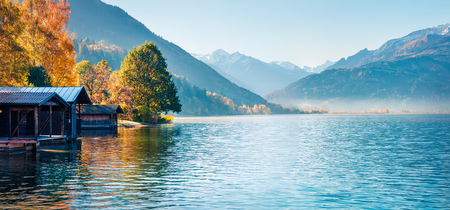 Sunny morning panorama of Zell lake. Picturesque autumn view of Austrian Alps, with Grossglockner peak on background. Beauty of nature concept background. Foto de archivo - 116551612
