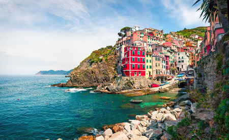 Eerste stad van de Cique Terre-reeks heuvelsteden - Riomaggiore. Kleurrijke ochtendmening van Ligurië, Italië, Europa. Groot de lentezeegezicht van de Middellandse Zee. Reizende concept achtergrond. Stockfoto