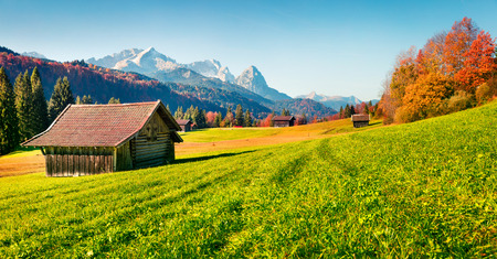 Splendid morning scene of Garmisch-Partenkirchen village with Zugspitze mountain range on background. Beautifel autumn view of Bavarian Alps, Germany, Europe. Beauty of countryside concept background. Stockfoto