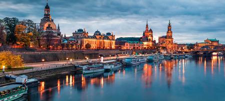 Incredibile panorama serale della Cattedrale della Santissima Trinità o della Hofkirche, della Terrazza di Bruehl o del Balcone d'Europa. Drammatico tramonto autunnale sul fiume Elba a Dresda, Sassonia, Germania, Europa.