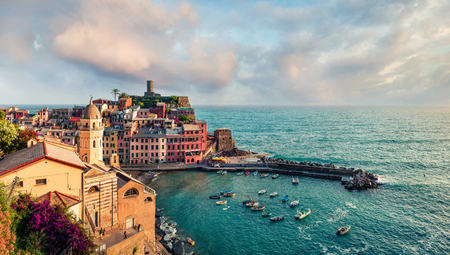 One of the five towns that make up the Cinque Terre region - Vernazza. Colorful spring morning in Liguria, Italy, Europe. Picturesqie seascape of Mediterranean sea. Traveling concept background. 스톡 콘텐츠