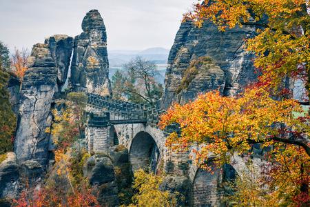 Fabulosa vista otoñal del puente Bastei. Panorama pintoresco de la mañana del parque nacional de la Suiza sajona, Alemania, Europa. Belleza del fondo del concepto de naturaleza.