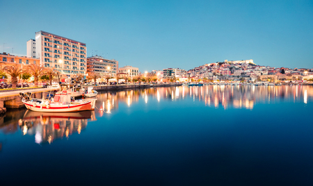 Marvelous spring seascape on Aegean Sea. Coloful evening scene of Kavala city, the principal seaport of eastern Macedonia and the capital of Kavala regional unit. Greece, Europe. Stockfoto