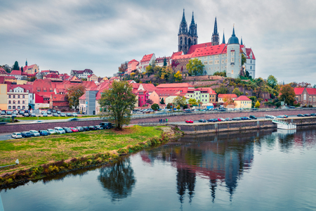 Dramatic autumn sceneof oldest overlooking the River Elbe castle - Albrechtsburg. Misty veneig cityscape of Meissen, Saxony, Germany, Europe. Traveling concept background. 스톡 콘텐츠
