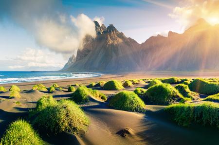 Beeindruckende Sommeransicht der grünen Dünen auf der Landzunge Stokksnes mit dem Berg Vestrahorn (Batman) im Hintergrund, im Südosten Islands, Europa Schönheit des Naturkonzepthintergrundes.