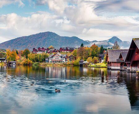 Aantrekkelijk herfstzicht op het Grundlsee-meer. Geweldige ochtendscène van het dorp Brauhof, Stiermarken stare van Oostenrijk, Europa. Kleurrijk uitzicht op de Alpen. Reizende concept achtergrond.