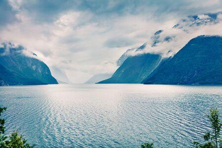 Drammatica vista estiva del lago Eikesdalsvatnet, comune di Nesset nella contea di More og Romsdal. Grande scena mattutina della Norvegia, dell'Europa. Bellezza della priorità bassa del concetto di natura. Archivio Fotografico
