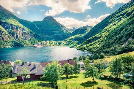 Bella scena estiva del porto di Geiranger, Norvegia occidentale. Vista soleggiata del fiordo Sunnylvsfjorden. Priorità bassa di concetto di viaggio. Archivio Fotografico