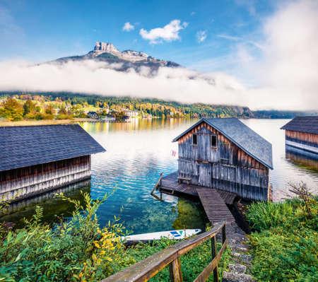 Sunny autumn scene of Altausseer See lake. Foggy morning view of Altaussee village, district of Liezen in Styria, Austria. Zdjęcie Seryjne