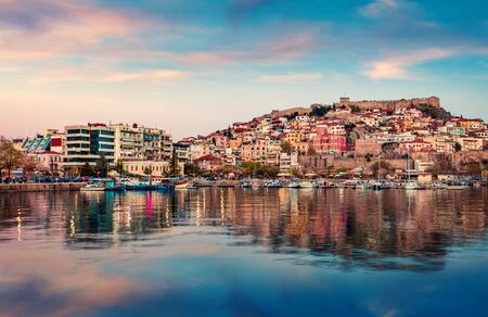 Captivating spring seascape on Aegean Sea. Coloful evening view of Kavala city, the principal seaport of eastern Macedonia and the capital of Kavala regional unit. Greece, Europe. 스톡 콘텐츠