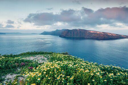 Dramatischer Frühlingsblick auf die Insel Nea Kameni von der Insel Santorini. Großer Morgenmeerblick des Meeres von Kreta, Griechenland, Europa. Reisen Konzept Hintergrund. Nachbearbeitetes Foto im künstlerischen Stil.