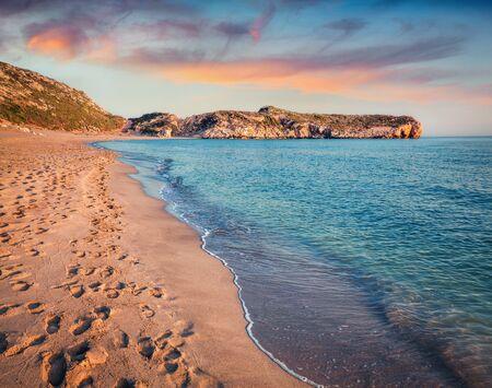 Huellas en la arena de la famosa playa turca Patara. Colorido atardecer en Turquía, distrito de Kas, provincia de Antalya, Asia. Belleza del fondo del concepto de naturaleza.