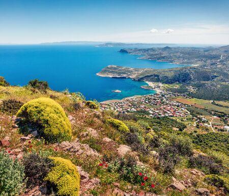 Vista colorida de la mañana de la aldea de Paralia Kakis Thalassis. Paisaje marino de primavera brillante del mar Egeo. Escena de la mañana soleada de Grecia, Europa. Belleza del fondo del concepto de naturaleza.