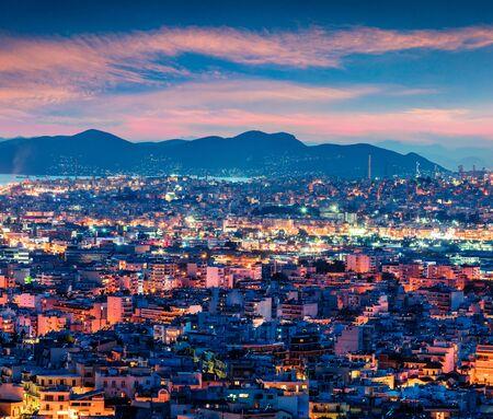 Bunte Abendansicht von Athen, der Hauptstadt von Griechenland, Europa. Fantastischer Frühlingssonnenuntergang in der Großstadt. Reisen Konzept Hintergrund. Nachbearbeitetes Foto im künstlerischen Stil.