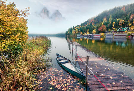 Framatic autumn scene of Altausseer See lake. Misty morning view of Altaussee village, district of Liezen in Styria, Austria. Beauty of countryside concept background. Zdjęcie Seryjne