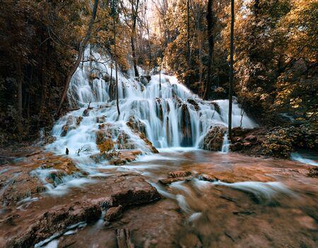 Magischer Blick auf den Wasserfall Skradinski Buk. Herrliche Morgenszene des Nationalparks Krka, Lozovac-Dorflage, Kroatien, Europa. Schöne Welt der Mittelmeerländer.