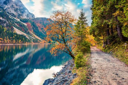Colorful autumn scene of Vorderer/Gosausee lake. Picturesque morning view of Austrian Alps, Upper Austria, Europe. Beauty of nature concept background. Archivio Fotografico