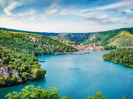Wonderful spring cityscape of Skradin port. Aerial morning vire of Krka National Park, Prokljansko lake, Croatia, Europe. Beautiful world of Mediterranean countries. Traveling concept background. Banque d'images
