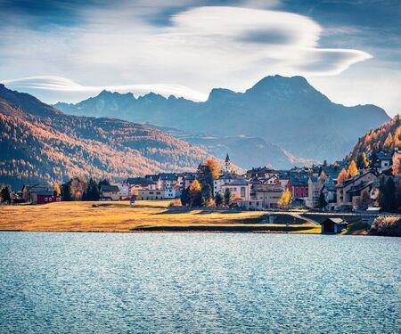 Impresionante paisaje otoñal de la ciudad de Silvaplana. Espléndida vista de la mañana del lago Champfer, Alta Engadina en el cantón suizo de los Grisones, Suiza, Europa. Fondo del concepto de viaje.