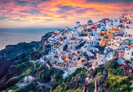 Astonishing evening view of Santorini island. Magnificent summer sunset on famous Greek resort Oia, Greece, Europe. Fantastic seascape of Mediterranena sea. Traveling concept background. Banque d'images
