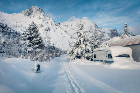 Wonderful winter view of Lofoten Island. Spectacular morning scene of Norway, Europe. Snowy landscape of mountain village. Traveling concept background. Life over polar circle. 免版税图像