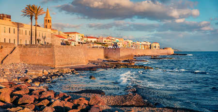 Attractive morning cityscape of Alghero town, Province of Sassari, Italy, Europe. Magnificent summer view of Sardinia island, Mediterranean seascape. Traveling concept background. 免版税图像