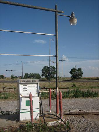 disused: Un viejo en desuso la estaci�n de gasolina en una carretera desierta Oklahoma