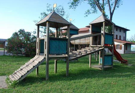 climbing frame: Un legno per bambini di arrampicata all'aperto situata in una cornice bar giardino